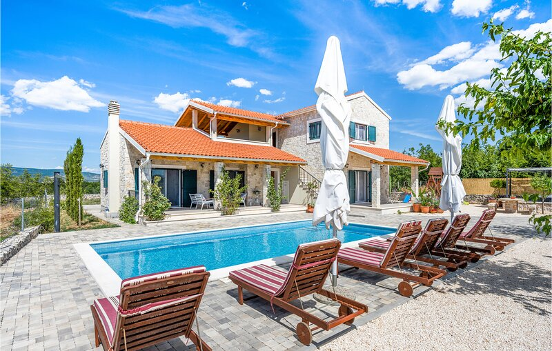 Awesome home in Sibenik with Outdoor swimming pool, WiFi and 4 Bedrooms (CDJ649), alquiler de vacaciones en Krka National Park