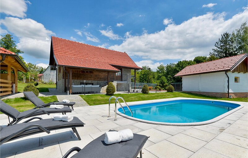 Beautiful home in Stubicke Toplice with Outdoor swimming pool, WiFi and 3 Bedroo, holiday rental in Bedekovcina