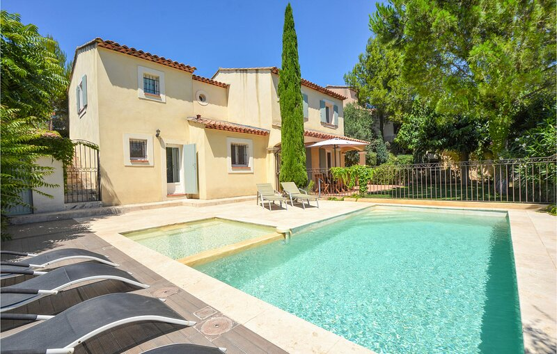 Awesome home in Pélissanne with Outdoor swimming pool and 4 Bedrooms (FPB421), casa vacanza a Aurons