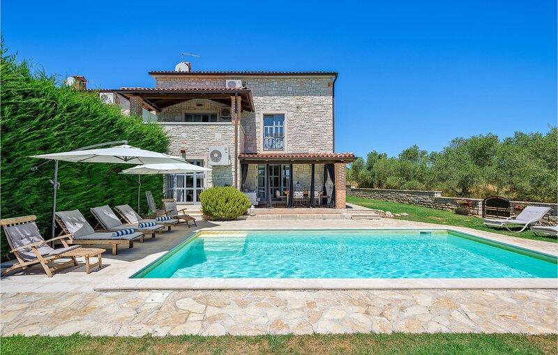 Nice home in Porec with Sauna, WiFi and 3 Bedrooms (CIE595), alquiler vacacional en Zbandaj