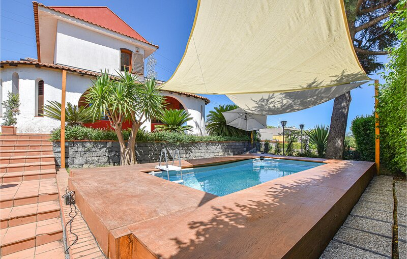 Beautiful home in Acicatena with Outdoor swimming pool, WiFi and 2 Bedrooms (ISC, location de vacances à Aci San Filippo