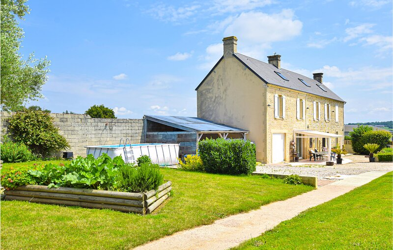 Awesome home in Condé-sur-Seulles with WiFi and 4 Bedrooms (FNC230), holiday rental in Coulombs