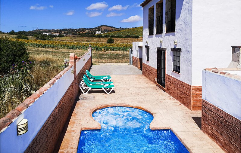 Stunning home in Vejer de la Frontera with Outdoor swimming pool, WiFi and Heate, holiday rental in Benalup-Casas Viejas