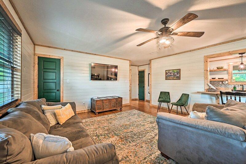 'Uwohali Cottage' - Eagletown Home w/ Hot Tub, holiday rental in Eagletown