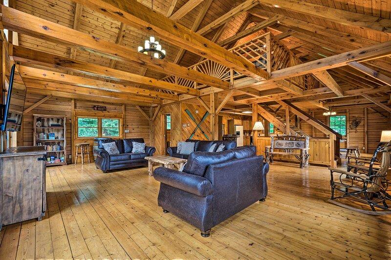 NEW! Exquisite Athol Cabin with Deck & Fire Pit!, location de vacances à Athol