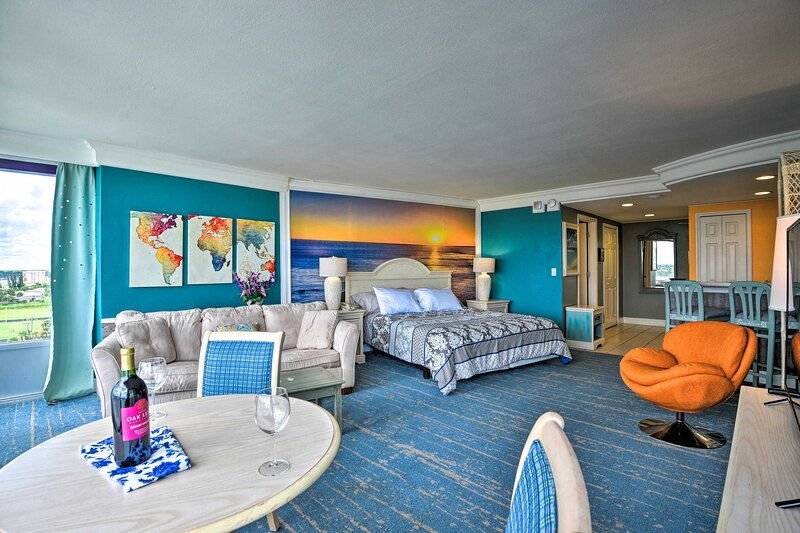 NEW! Colorful Ocean-View Studio: Steps from Beach!, location de vacances à Holly Hill