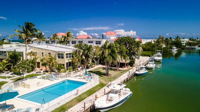 Shore 2 Please~ 2 bed townhome with 2.5 baths walking distance to Sombrero Beach, alquiler de vacaciones en Marathon Shores