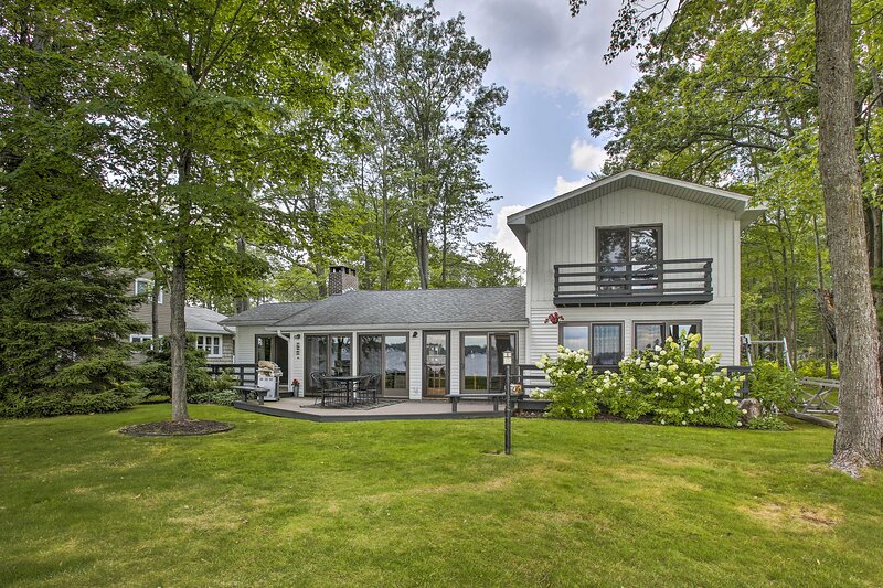 NEW! Cozy Lake Mitchell Cabin w/ Waterfront Views!, holiday rental in Luther
