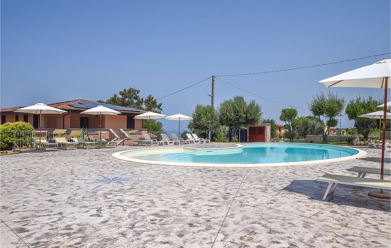 Nice apartment in Zambrone with Indoor swimming pool, Outdoor swimming pool and, alquiler vacacional en Briatico
