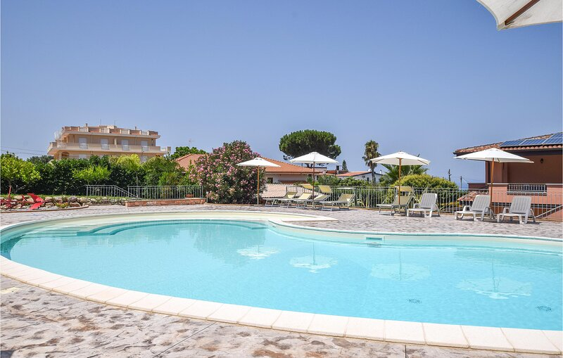 Amazing apartment in Zambrone with Indoor swimming pool, Outdoor swimming pool a, alquiler vacacional en Briatico