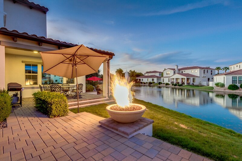 Luxurious WATERFRONT Oasis with FIRE PIT/BBQ!!, aluguéis de temporada em Sun Lakes