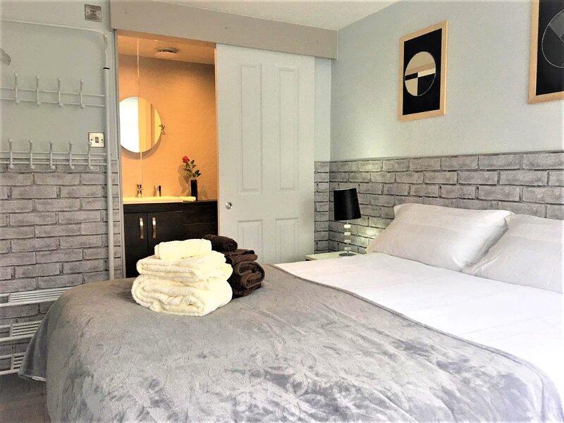 Budget Room Only, En-Suite, Own Access, WiFi, Parking, location de vacances à Lymm