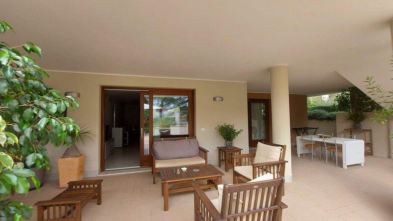 VILLA LUIGI: alloggio indipendente in villa _parcheggio in giardino recintato, holiday rental in La Maddalena