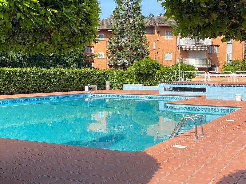 Appartamento a 50 m dal lago, per 4 persone, piscina, tennis, parcheggio, WiFi, holiday rental in Ronchi