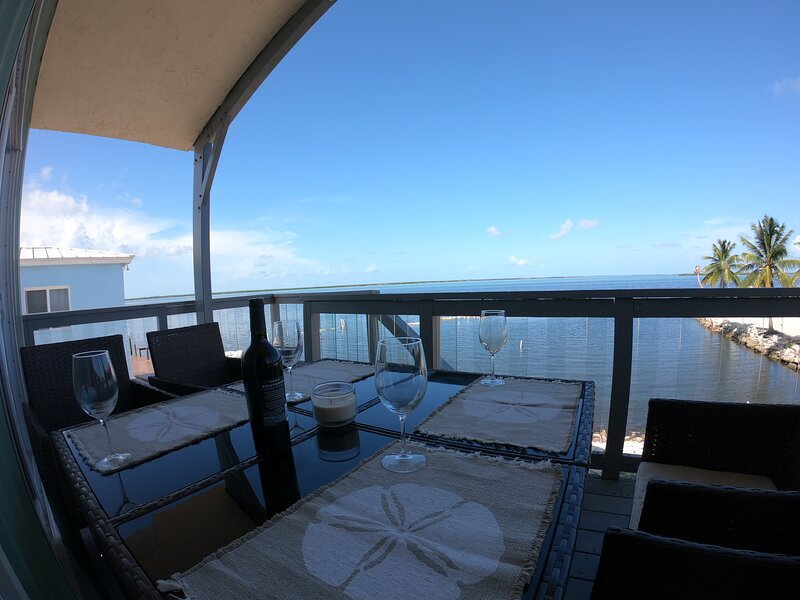 Upscale ocean front home & easy canal boat access to Gulf or Atlantic ocean, alquiler de vacaciones en Big Pine Key