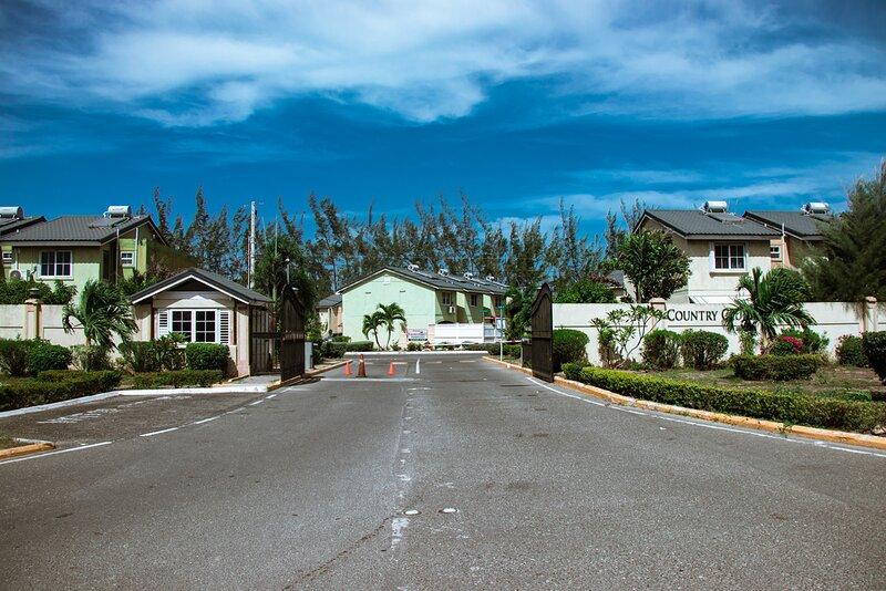 The Winkin Blinkin & Nod Exquisite Resort, vacation rental in Old Harbour