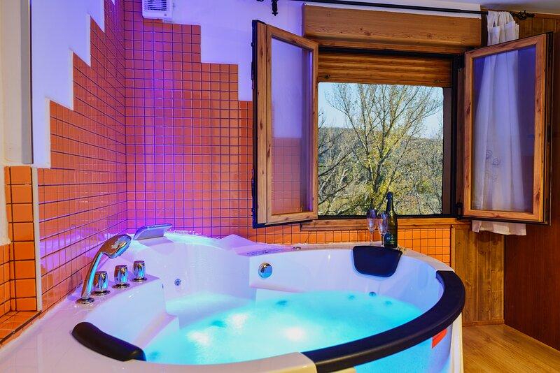 Casa Rural con jacuzzi y chimenea en la habitacion, casa vacanza a Benllera