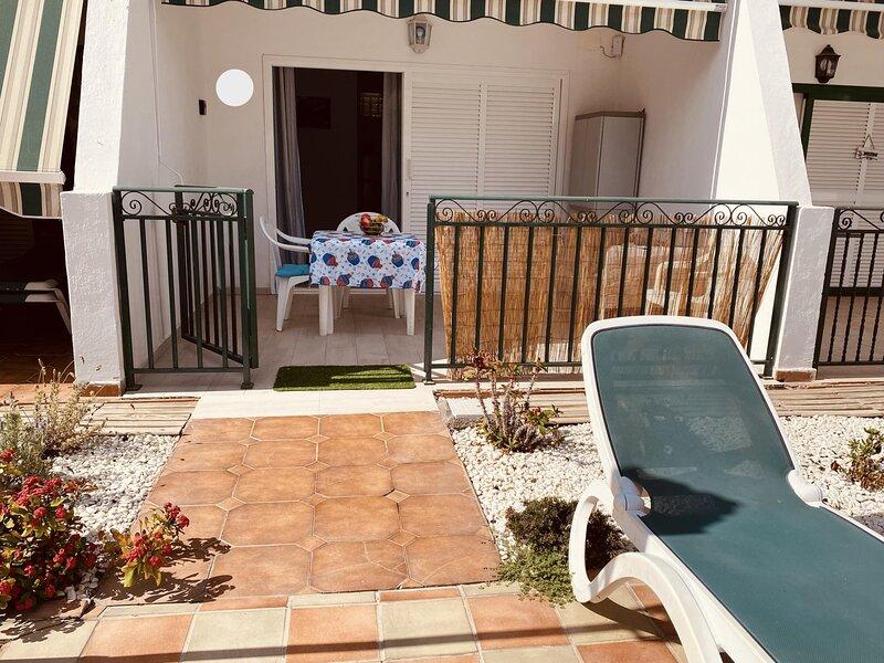 Sunny studio with terrace pool view and fibre wifi, aluguéis de temporada em Los Cristianos