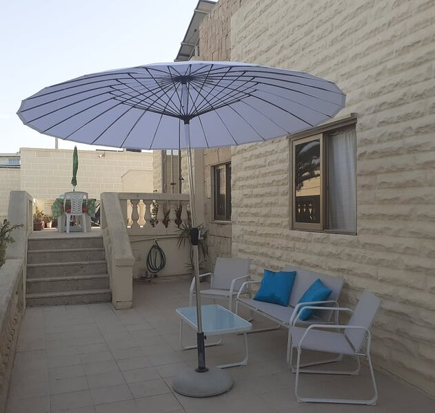 BARGAIN Airconditioned Huge family/friends Sunny Terraced Villa Sleeps 8/10, holiday rental in Xemxija