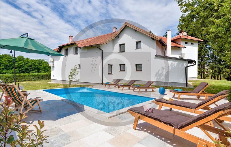 Stunning home in Desni Stefanki with Outdoor swimming pool, WiFi and 5 Bedrooms, holiday rental in Glina