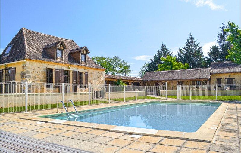 Nice home in Eglise Neuve D'Issac with WiFi and 5 Bedrooms (FAD799), aluguéis de temporada em Bourgnac