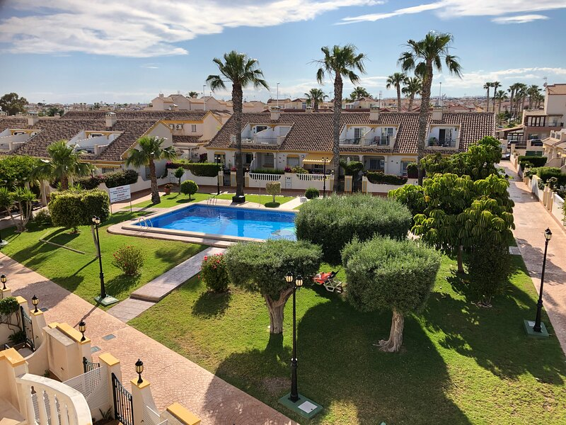 Beautiful townhouse, full air-con, satellite TV, WiFi, patios, barbecue, balcony, holiday rental in Cabo Roig