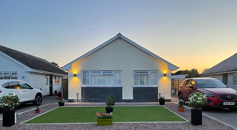 Beautiful bungalow Morfa Bychan, NEW for August 2021, 5min walk to beach, vacation rental in Morfa Bychan