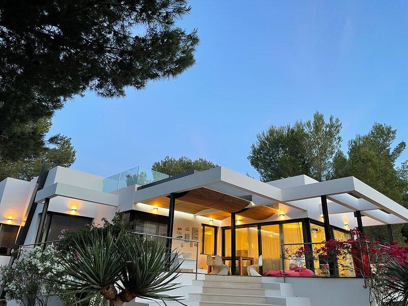 Designervilla mit Meerblick, aluguéis de temporada em Cala Tarida
