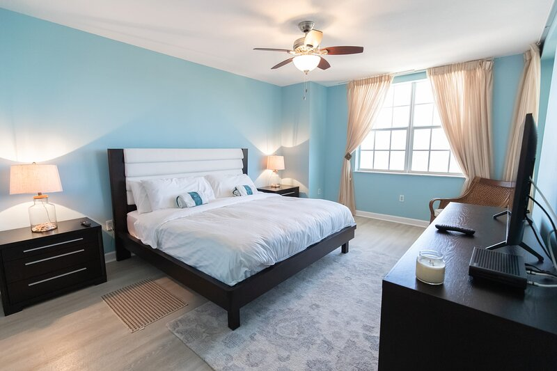 2 BDR Penthouse w/ Breathtaking Views ~ Designer Furnished ~, aluguéis de temporada em Long Key