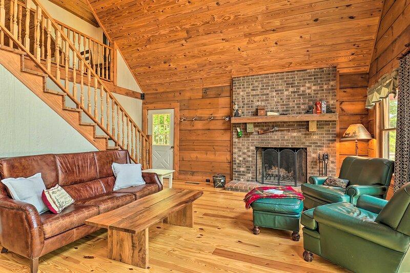 NEW! Spacious Cabin on Lake Lanier!, location de vacances à Tryon