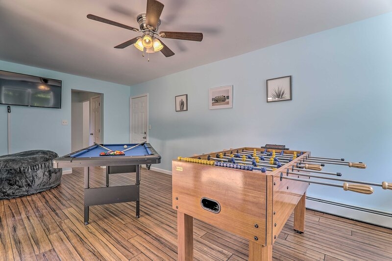 NEW! Long Pond Home: Hot Tub, Game Room, Fire Pit!, casa vacanza a Pocono Pines
