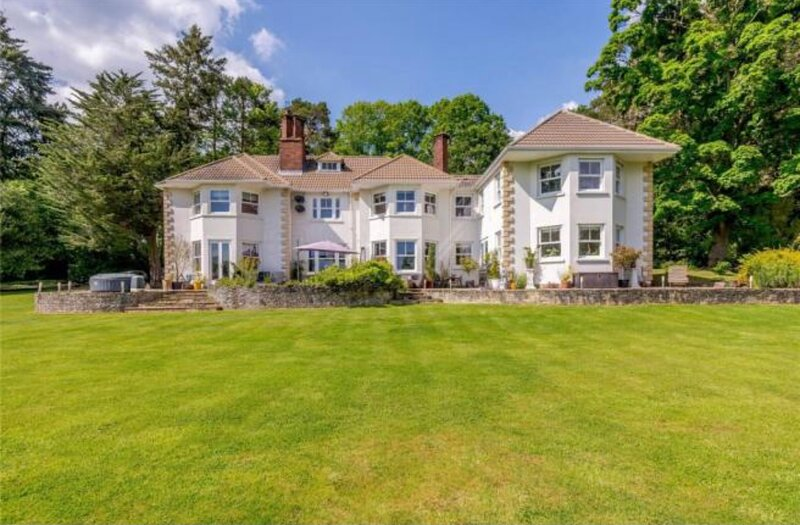 Secluded home with large gardens, gym & movie room – semesterbostad i Dogmersfield