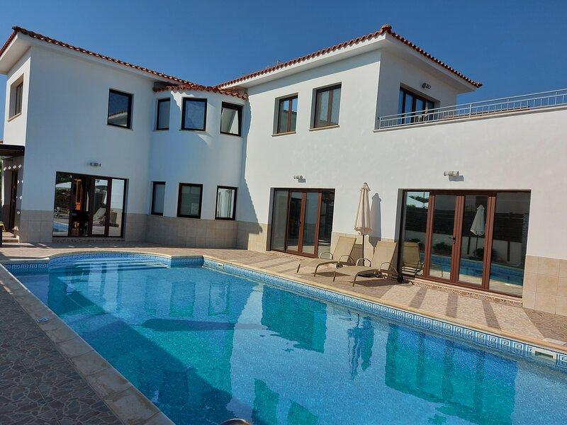 FANTASTIC 4 Bedroom Luxury Villa 5 Minute Walk to Beach, alquiler vacacional en Pafos