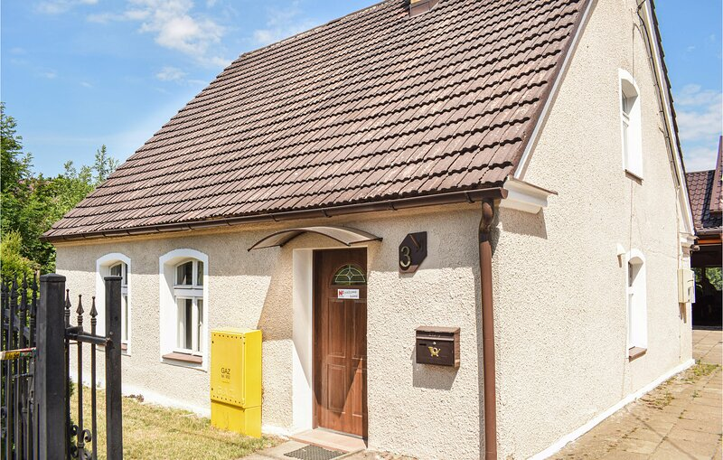 Awesome home in Kobylnica with WiFi and 4 Bedrooms (PPO322), location de vacances à Gardna Wielka