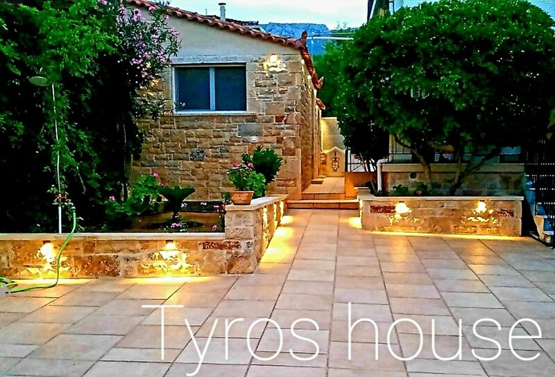 Villa house with private Parking and all the amenities, vacation rental in Tyros