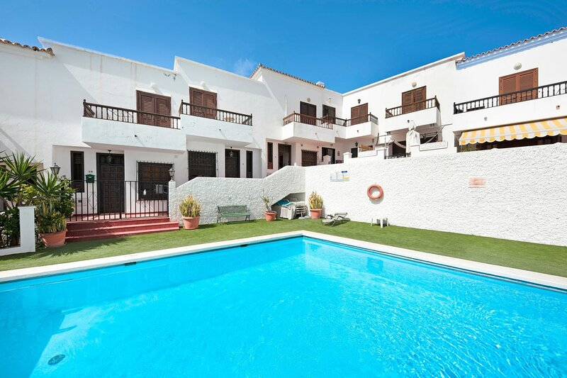 Lovely 2-Bed House with Pool and sea-view, Chayofa, holiday rental in Chayofa