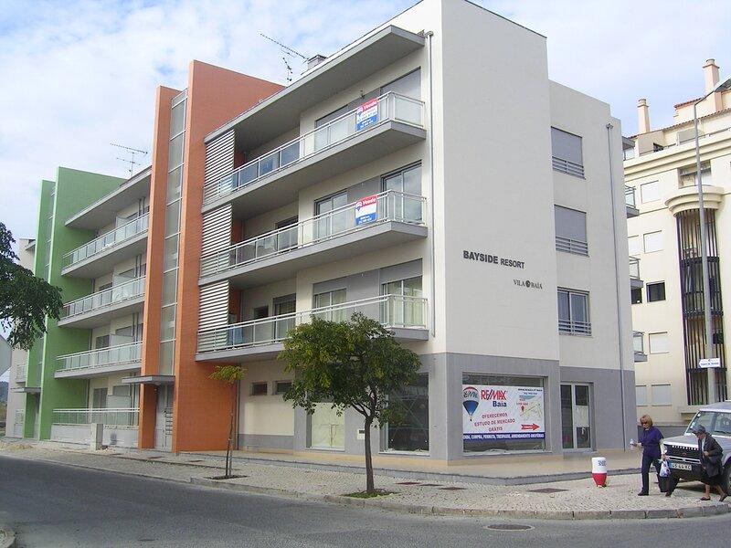 Beach 350mts,  pool, jet bath, sleeps 4, garage, location de vacances à Alcobaça