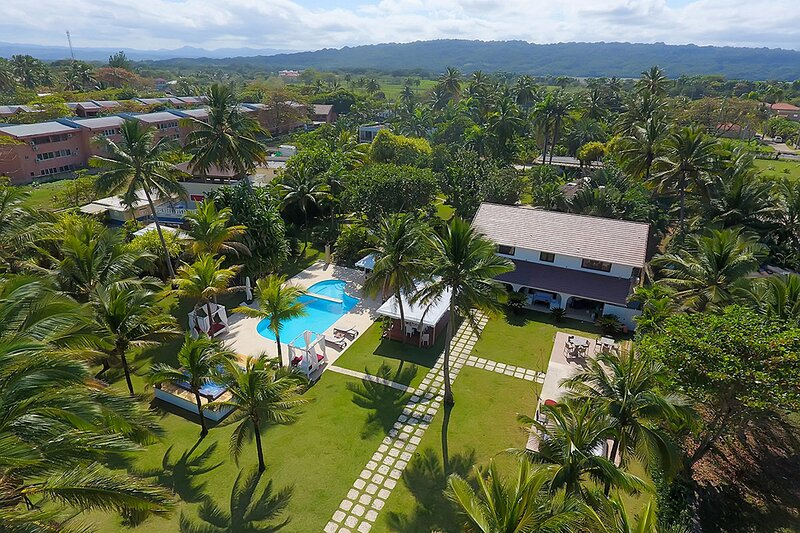 Luxury suite with billiard table, jacuzzi, pool, right on a sandy beach!, location de vacances à Gaspar Hernandez
