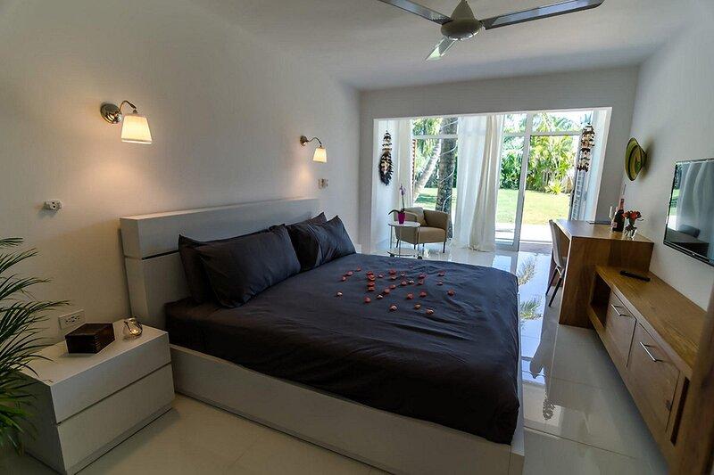 Private suite/bathroom with pool & jacuzzi on quiet Cabarete beach, location de vacances à Gaspar Hernandez