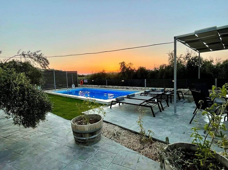 NEW Villa Sheila with private pool and BBQ area!, holiday rental in Lameriana