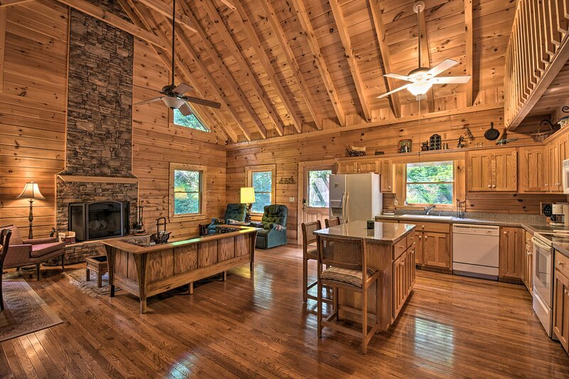 NEW! Rustic Clayton Hideaway w/ Deck & Forest View, vakantiewoning in Tiger