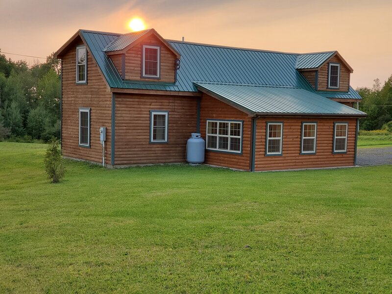 New 4 Bedroom 2 Bath Cabin, Minutes from Salmon Ri, holiday rental in Sandy Creek