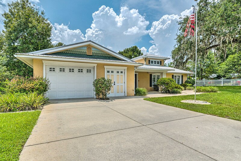 NEW! Ruth's Withlacoochee River House with Dock!, casa vacanza a Dunnellon