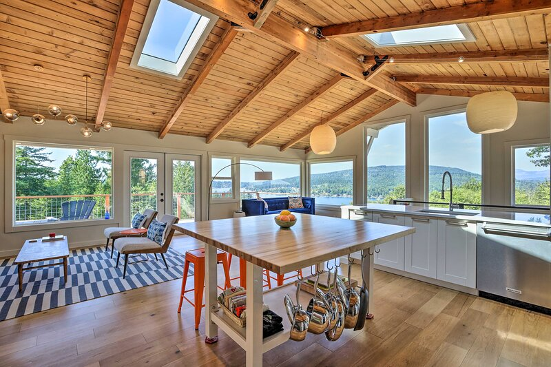 NEW! Dreamy Bellingham Home on 10 Beautiful Acres!, casa vacanza a Bow