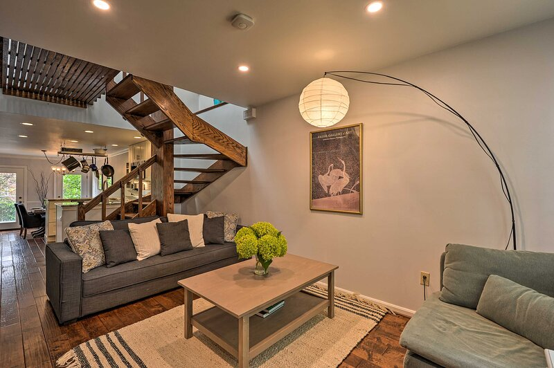 NEW! Old Town Alexandria Rowhouse w/ Garden Oasis!, holiday rental in Mount Vernon