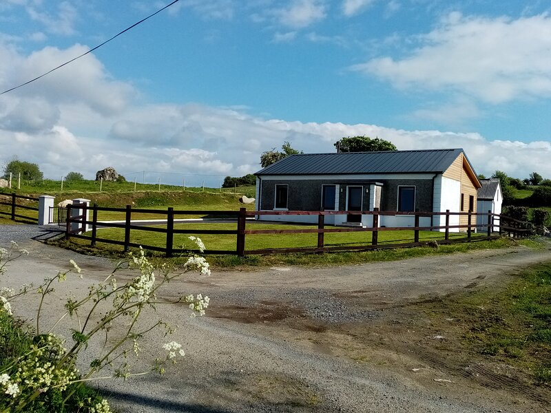 Cosy Wood Country Cottage, with garden In Ireland, location de vacances à Swinford