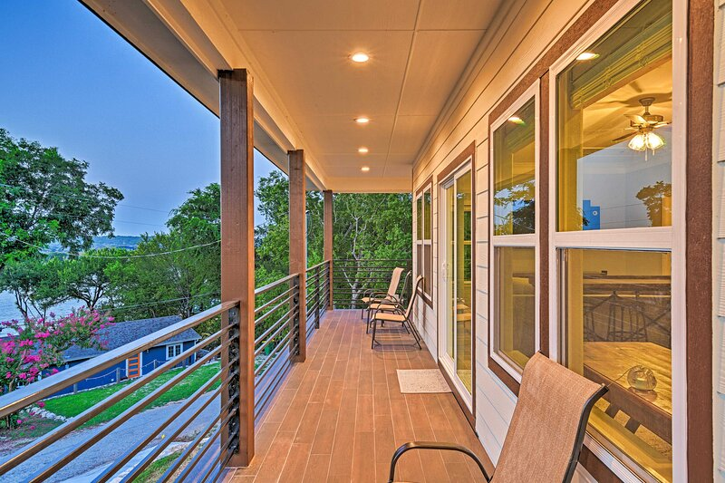 NEW! Luxury Home w/ Game Room: Steps to Lake Fun!, holiday rental in Glen Rose