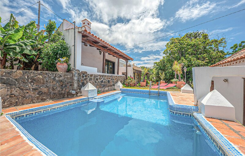 Beautiful apartment in Valle de Guerra with Outdoor swimming pool, WiFi and 1 Be, holiday rental in Guamasa