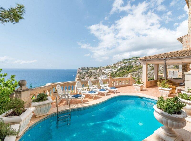 Villa Cala Llamp, vista mar, wifi, A/A, piscina,, holiday rental in Peguera