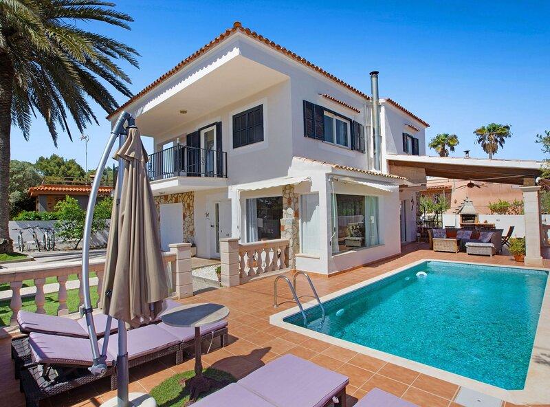 Villa Llevant, aire acondicionado, piscina, wifi, parking, barbacoa, cerca de, holiday rental in Santanyi